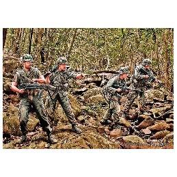 MB-3595 1/35 Jungle Patrol. Vietnam War series